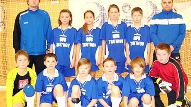 DRUHÉ MÍSTO v konečném pořadí Zimní halové ligy obsadil výběr OFS Trutnov U11. Trenéři pěli na hráče jen chválu.