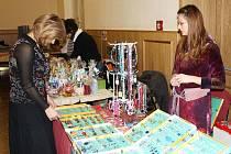 Šperky, hračky, svíčky, sýry, výrobky ze slámy i ze dřeva. Nejen to, ale i další zboží bylo v sobotu k dostání na vánočním jarmarku, který se uskutečnil v Kulturním domě Střelnice ve Vrchlabí.