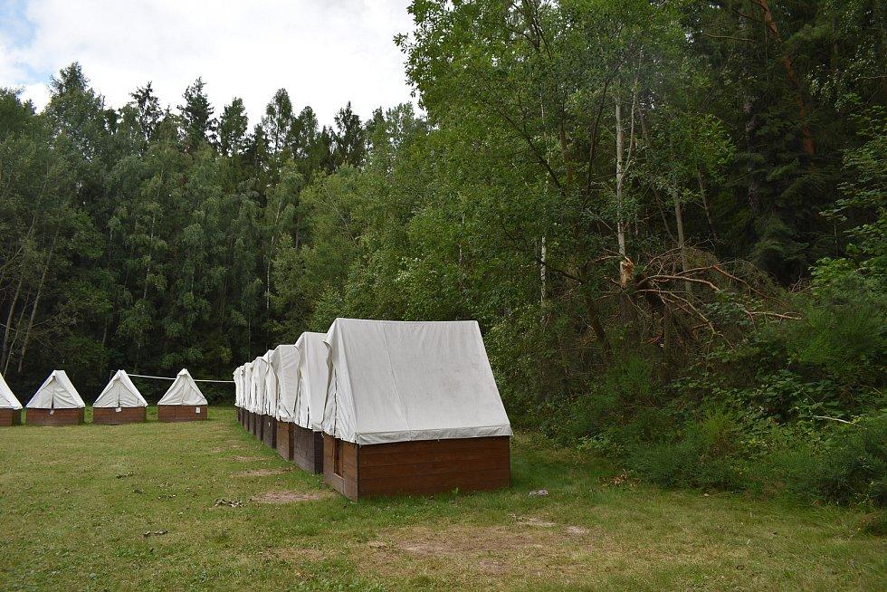 Jen dva metry od táborového stanu stále můžete vidět přelomený strom