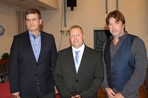 Nové vedení úpické radnice. Úpický starosta Petr Hron (uprostřed) a místostarostové Miloš Holman (vlevo) a Jiří Adam.