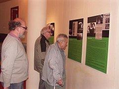 Ředitel semilského archivu Ivo Navrátil a oba bývalí vězňové Radomír Pochop a Karel Louda při prohlídce výstavy dokumentů.