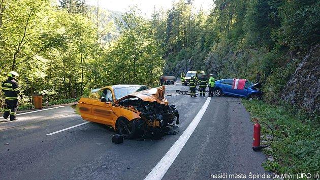 Čelní srážka se sportovním vozem Ford Mustang uŠpindlerova Mlýna připravila oživot nevinného 49letého řidiče.