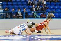 Čtvrtfinále Českého poháru basketbalistek: BK Loko Trutnov - BS DSK Basketball Nymburk KV 55:77.