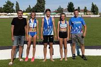 Úspěšní turnovští medailisté se svými trenéry.