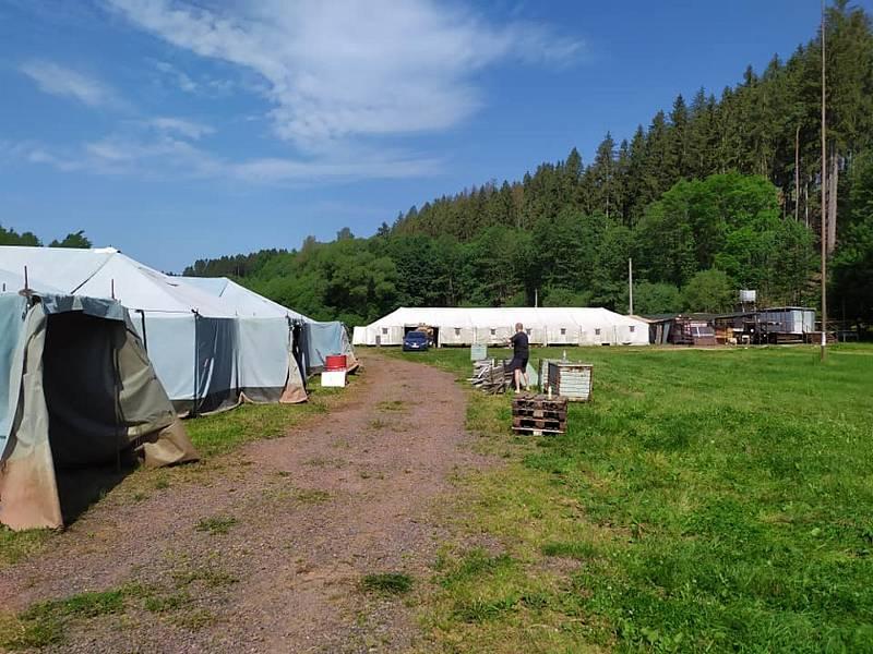 Letní dětský tábor MASH 4077 se nachází v blízkosti rekreačního areálu Dolce v Trutnově. V pátek ho vyplavil déšť.