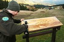 STRÁŽCE ONĎŘEJ MOŠTEK na snímku při demontáži panoramatického panelu v terénu nad Pecí pod Sněžkou.