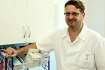 Michal Mrázek byl nejprve 1. července jmenován do nově zřízené pozice lékařského náměstka, nyní na něj přechází po odchodu ředitele Jurenky řízení lékařské části Nemocnice Vrchlabí.