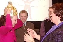 STAROSTKA HANA MAIEROVÁ předává Zlatou korunu pro nejlepšího sportovce města Turnov Michaele Gomzyk-Omové.V pozadí Jan Čapek, mistr světa neslyšících cyklistů.