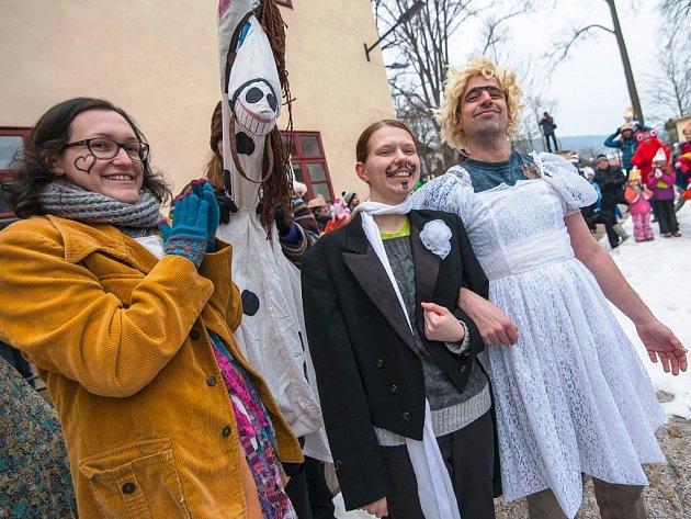Krkonošský masopust zažil v sobotu Horní Maršov, obcí prošel průvod masek s živou hudbou.