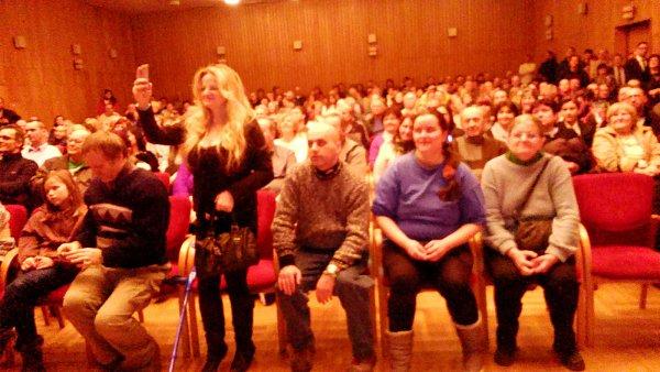 Publikum prezidentské návštěvy vdivadelním sále Hankova domu ve Dvoře Králové nad Labem.