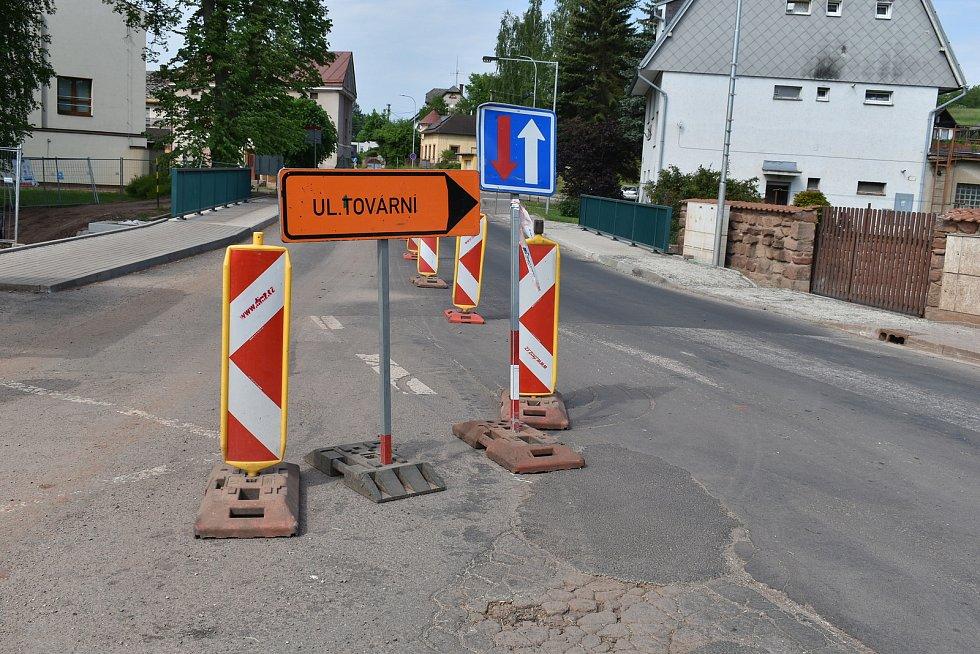 Páteřní most v centru Pilníkova u hasičské zbrojnice je už hotový, ŘSD ho opravovalo od poloviny loňského roku.