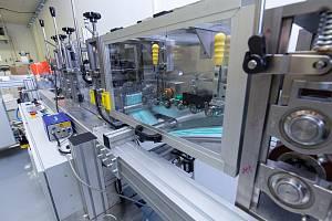 Firma SKV ze Dvora Králové začala letos vyrábět linku na roušky. První zhotovila za deset týdnů.
