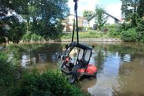 Hasiči vytáhli z rybníka traktor.