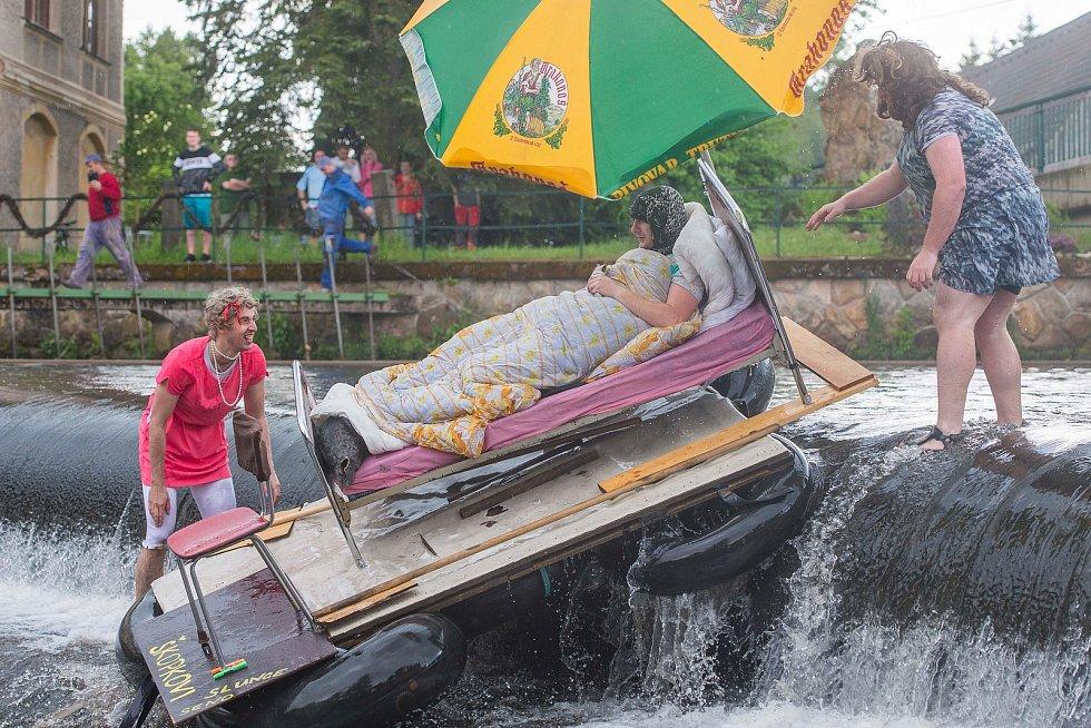 Na řeku Úpu se vydala z Havlovic originální plavidla při 44. ročníku Úpění.