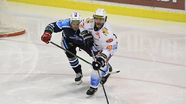 Vrchlabský obránce Tomáš Linhart je od české hokejové legendy mladší o 12 let a jediný den.
