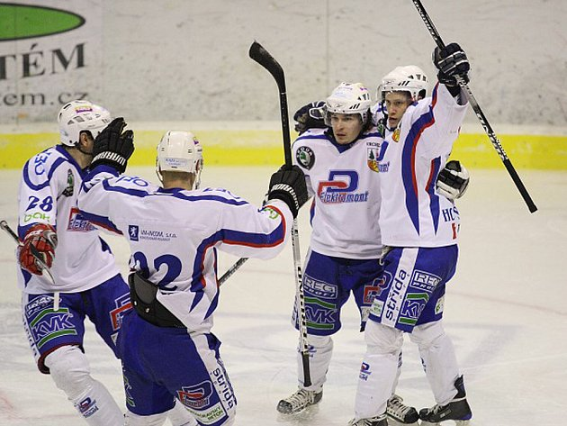 Hokejisté Vrchlabí se radují z branky.