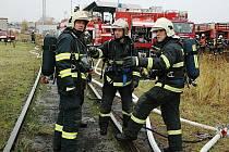 Taktické cvičení hasičů v depu turnovského nádraží v úterý 3. listopadu. Profesionální i dobrovolní hasiči cvičili zásah při úniku kyseliny dusičné z poškozené cisterny. Používali protichemické obleky a dýchací přístroje.