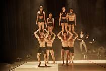 Soubor Losers Cirque Company absolvoval v trutnovském Uffu generálku před premiérou nové akrobatické show Konkurz, kterou zahájí 2. června 11. ročník festivalu Cirk-UFF.