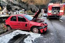 Auto v Temném Dole poškodilo svodidla a skončilo zadními koly za obrubníkem nad řekou.