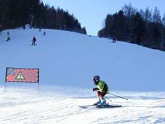 SJEZDOVKY jsou plné lyžařů. Sezonu zahájily všechny známé krkonošské areály. Například v Herlíkovicích se lyžaři proháněli na sjezdovce  LV Sever.
