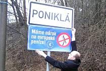 CEDULI s přeškrtnutými hráběmi instaloval k ceduli obce i starosta obce Poniklá Tomáš Hájek.