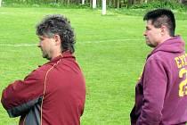 Trenéři MFK Trutnov B, Jiří Skuček st. (vlevo) a Marcel Kalhous