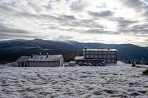 Hlavní objekt horského komplexu Petrovy Boudy (vpravo na snímku z 10. prosince 2020) vznikl nedávno na základech vyhořelé původní stavby v nadmořské výšce 1288 metrů nad mořem