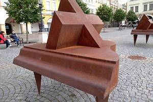 Klavíry sochaře Antonína Kašpara na Krakonošově náměstí.