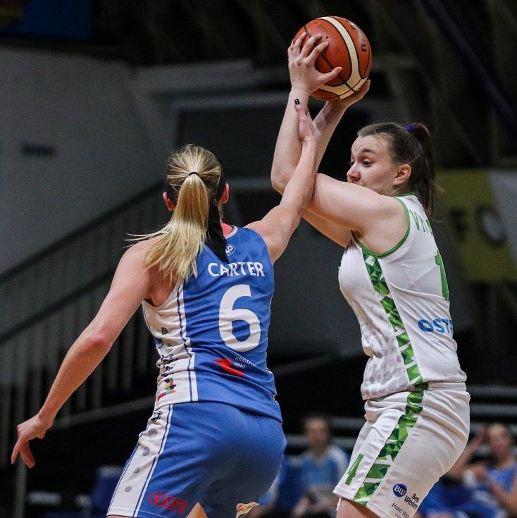 Utkání 10. kola Ženské basketbalové ligy: SBŠ Ostrava - BK Loko Trutnov, 5. prosince 2018 v Ostravě. Na snímku (zleva) Carter Brittany Nichole, Vymazalová Adéla.