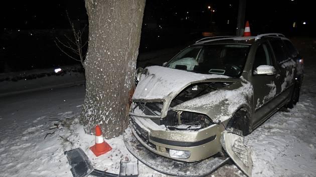 Řidič škodovky dostal smyk a narazil do stromu.