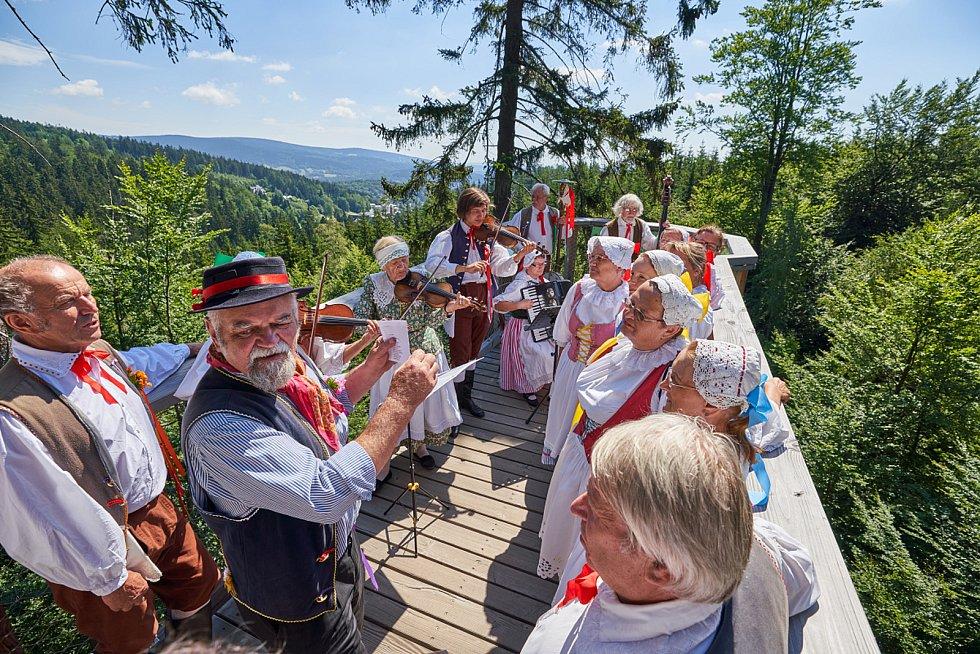 Stezka korunami stromů Krkonoše v Janských Lázních oslavila druhé narozeniny.