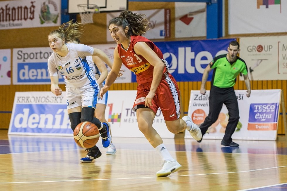 Velká radost po velkém vítězství. Basketbalistky Trutnova vyhrály nad Nymburkem 82:79 po trojce Kateřiny Kozumplíkové v poslední vteřině zápasu.