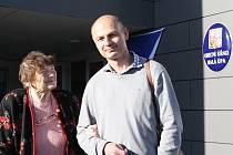 Alena Lofová žije v Dolní Malé Úpě 65 let a snaží se nevynechat žádné volby. K těm letošním ji dovezl starosta Karel Engliš.