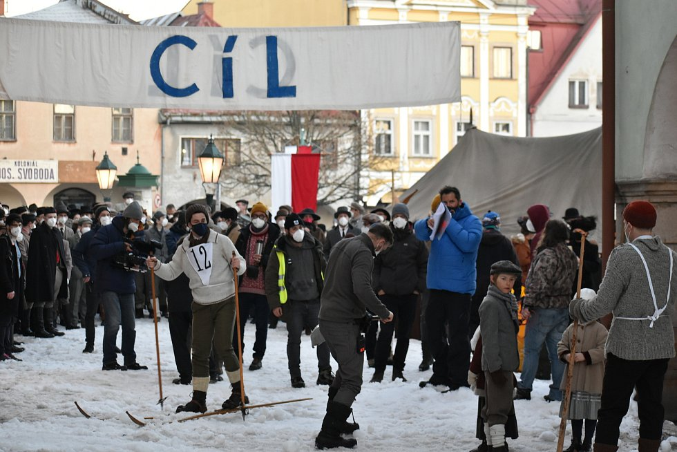 Natáčení filmu Poslední závod, které vypráví příběh lyžařů Hanče, Vrbaty a Ratha, na náměstí v Hostinném v neděli 28. února.