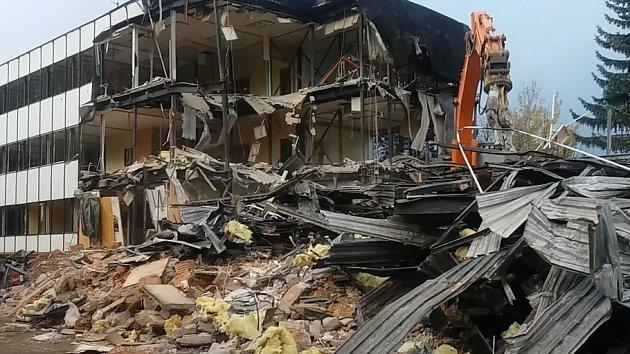 V Trutnově demolují někdejší dům odborů