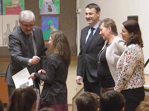 STUDENTKA GYMNÁZIA I. Olbrachta, Dominika Roztočilová převzala ocenění za 1. místo na celorepublikovém finále Odznaku Všestrannosti Olympijských Vítězů.