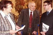 VERNISÁŽE VÝSTAVY se zúčastnil syn lékaře Jiřího Šolce, první polistopadový starosta Turnova, Václav Šolc (uprostřed).