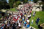Sochy Tritonů znovu pouští vodu po kaskádovém schodišti v Kuksu. Během vinobraní teče místo vody víno, stejně jako v dobách hraběte Šporka.