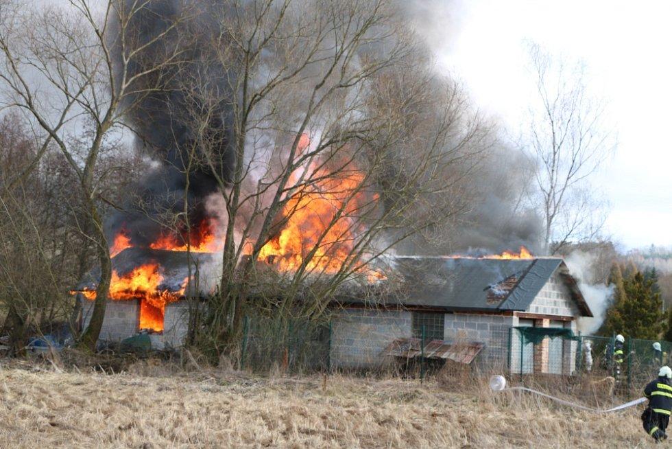 Při opravě střechy po vichru vznikl požár.