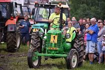 Karel Kühnel z Vítězné-Komárova je vášnivým sběratelem starých traktorů, motorek a dalších strojů. Na snímku je při Traktoriádě ve Vítězné, kterou organizuje.