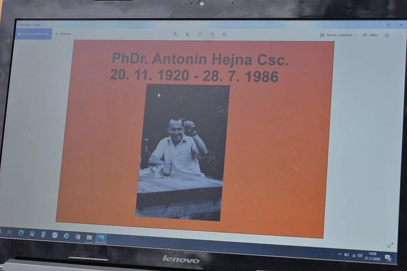 Slavnostní odhalení pamětní desky u příležitosti 100 let od narození archeologa Antonína Hejny.