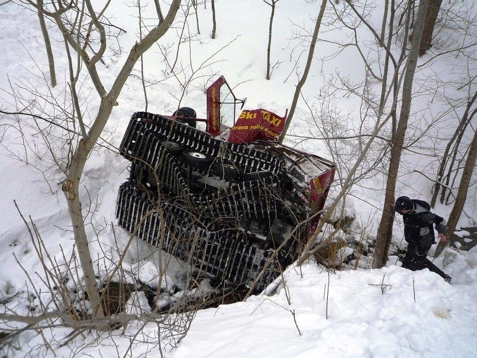 Při pádu rolby do potoka bylo zraněno 10 osob