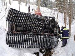 Rokytnice nad Jizerou: Při pádu rolby do potoka bylo zraněno 10 osob.