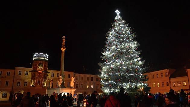 Rozsvícení vánočního stromu v Hostinném.