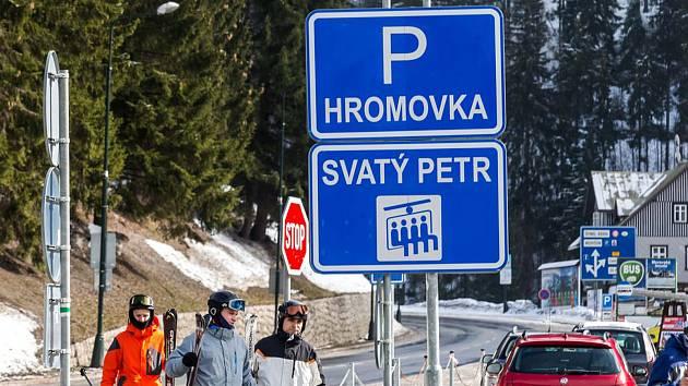 Miliardový projekt propojení lyžařských areálů Medvědín a Svatý Petr má přinést zklidnění dopravy v centru Špindlerova Mlýna díky vybudování parkovacího terminálu u přehrady Labská.