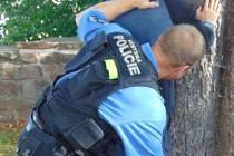 Trutnovští strážníci chytili zloděje při vloupání do základní školy.