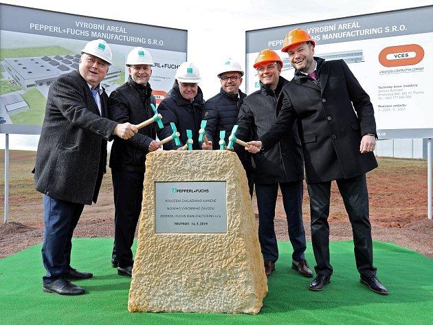 Slavnostním poklepáním začala vTrutnově stavba nové továrny Pepperle+Fuchs.