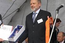 Starosta Černého Dolu Zdeněk Kraus převzal oranžovou stuhu.