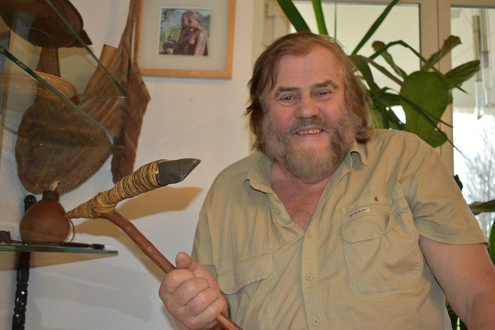 Leoš Šimánek s kamennou sekerou, kterou používali domorodci na ostrově Západní Nová Guinea.
