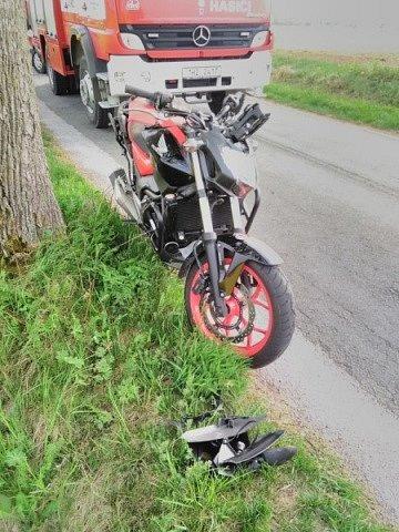 Motorkář skončil v příkopu, letěl pro něj vrtulník.